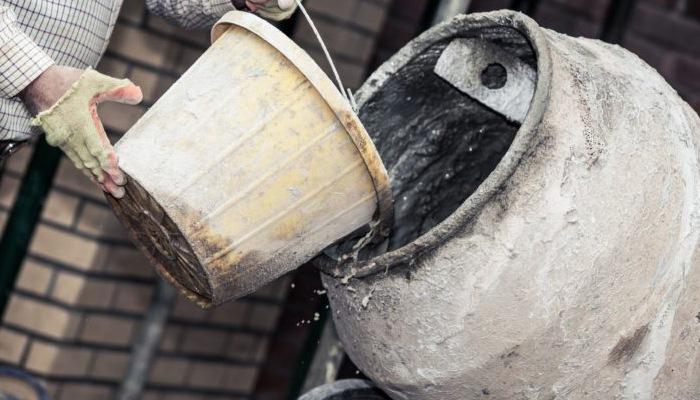 Добавление жидкости в бетономешалку