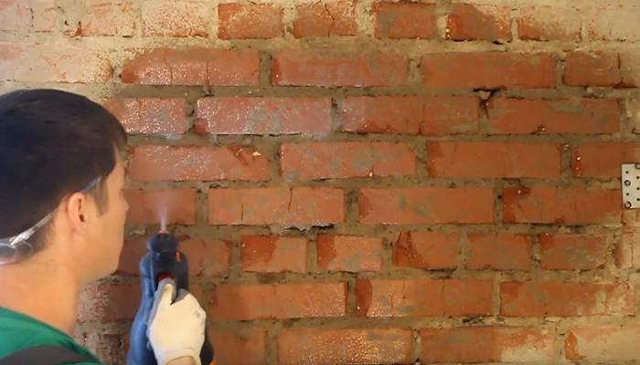 грунтование кирпичной стены
