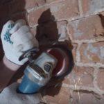 зачистка стены от отслоившихся фрагментов