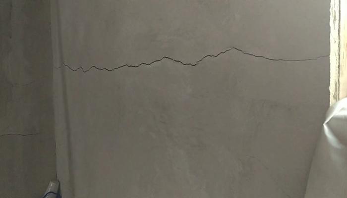 Трещина идущая сквозь весь штукатурный слой