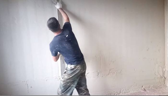 Разравнивание смеси вдоль стены