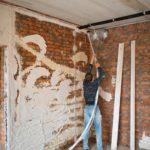 Выравнивание стены с помощью штукатурки нанесенной механизированным способом
