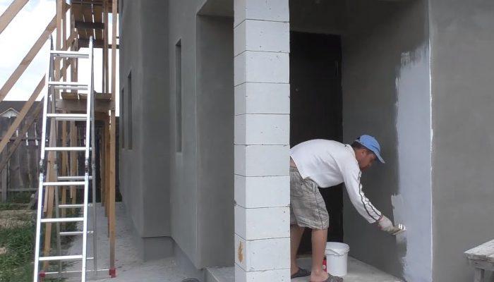 Грунтование фасада здания