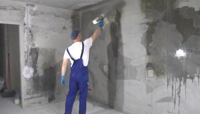Грунтование стены перед штукатуркой