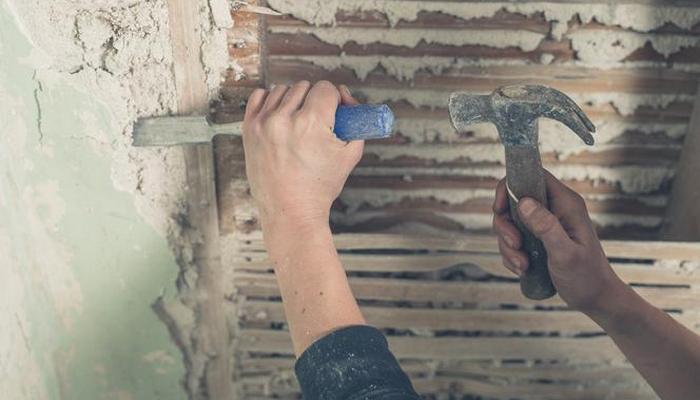 удаление штукатурки со стен ручным инструментом