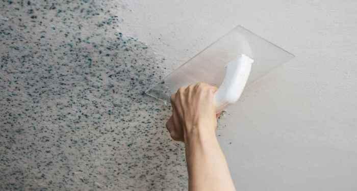 нанесение жидких обоев на потолок кельмой