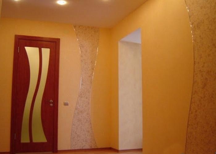 желтые жидкие обои в коридоре