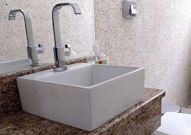 жидкие обои у раковины в ванной комнате