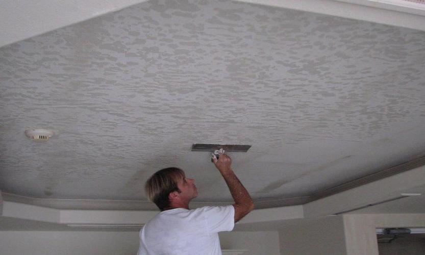 нанесение декоративной штукатурки на потолок