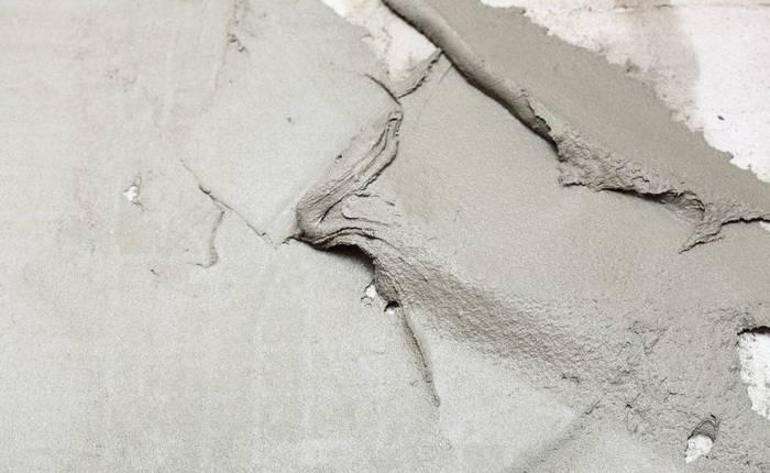 нанесение плиточного клея на стену