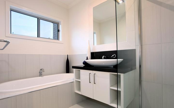 гипсовая штукатурка с плиткой в ванной комнате