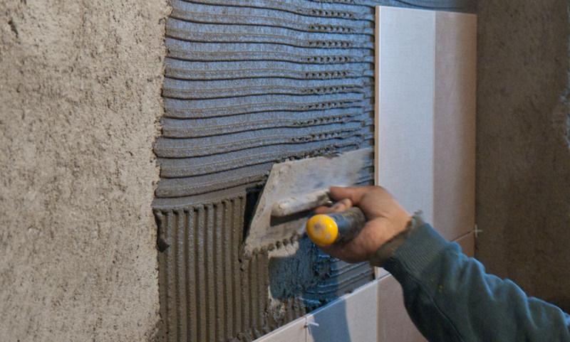установка плитки после оштукатуривания