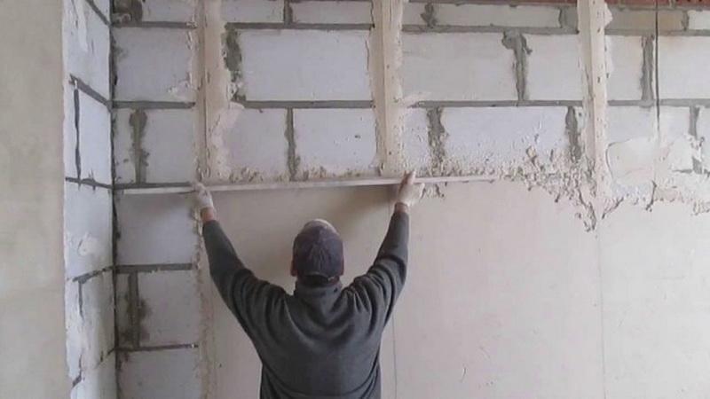штукатурит стену